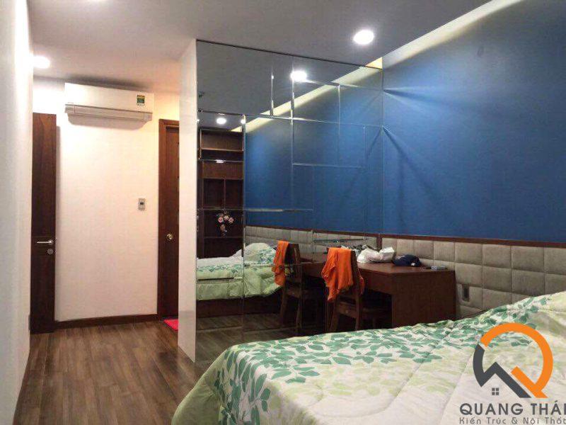 Không gian nội thất với tông màu trầm.
